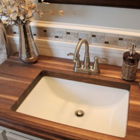 Деревянная столешница в ванной комнате
