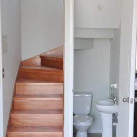Деревянные ступени лестницы на второй этаж загородного дома