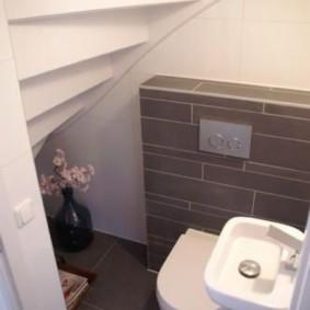 Серая плитка на полу туалета