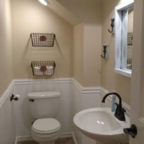 Узкий туалет с белой сантехникой