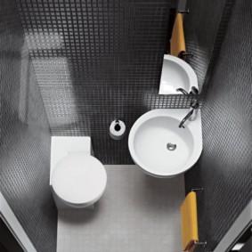 Стеклянная плитка на стене туалета