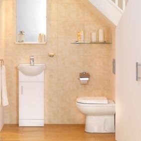 Стеклянная полочка над унитазом в туалете