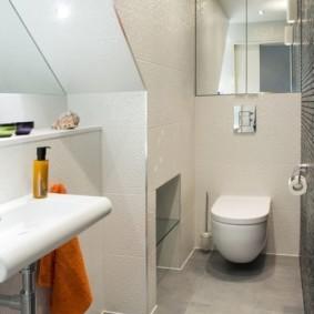 Зеркало над унитазом в компактном туалете