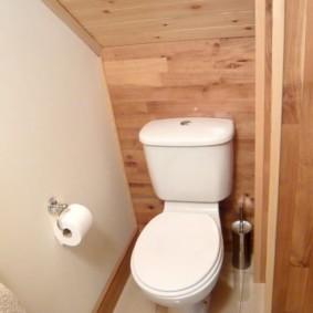 Деревянная отделка небольшого туалета
