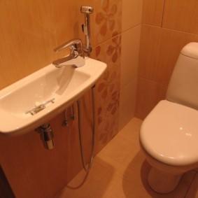 Узкая раковина в туалете с гигиеническим душем