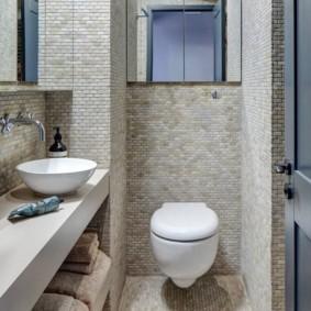 Керамическая мозаика на стене санузла
