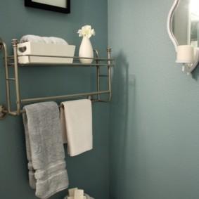 Полочка с вешалкой для полотенца над бачком унитаза