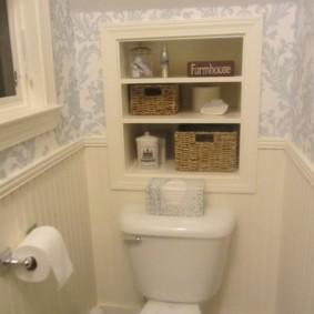 Полочки для мелочевки в стене туалета