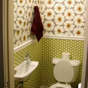 Обои в интерьере маленького туалета