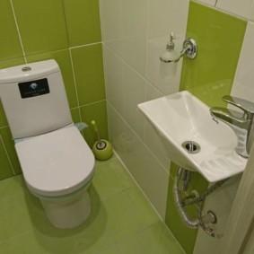 Салатовая плитка в небольшом туалете