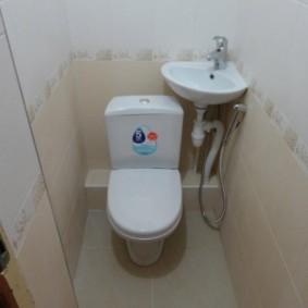Угловая раковина в туалете хрущевки