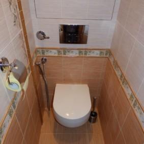 Керамический бордюр на стене туалета