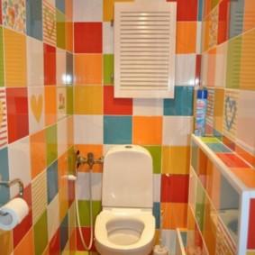 Яркая плитка в туалетной комнате