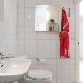 Красный коврик на белом полу