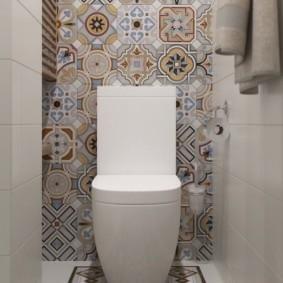 Плитка в стиле пэчворк на стене туалета