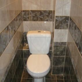 Интерьер туалета с выступом в стене