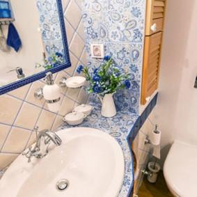 Небольшой туалет в стиле прованс
