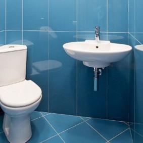 Белая раковина на голубой стене