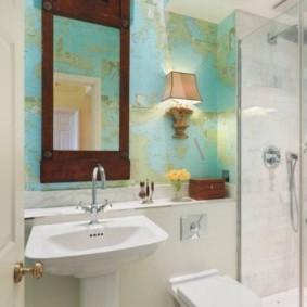 Зеркало в деревянной раме на стене туалета