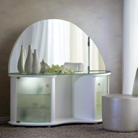 Туалетный столик с дверцами из матового стекла