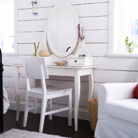 Удобное кресло с белой обивкой