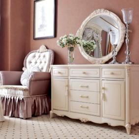Зеркало на комоде в женской спальне