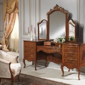 Трюмо из натурального дерева в спальне классического стиля