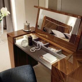 Столик для макияжа с откидной панелью