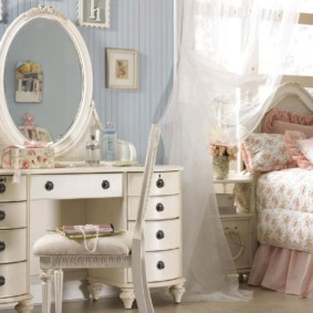 Туалетный столик с зеркалом в спальне современной девушки
