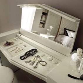 Туалетный столик с местом для хранения украшений