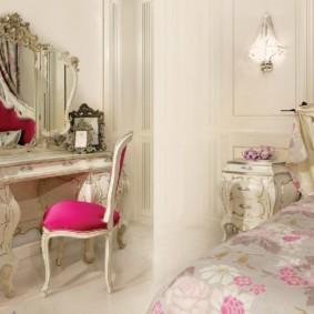 Классический стул с розовой обивкой