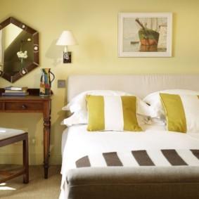 Полосатые подушки на двухспальной кровати