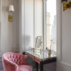 Розовая обивка стула в спальне супругов