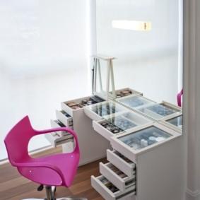 Розовое кресло с подлокотниками на роликах