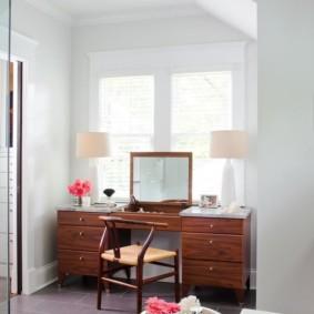 Столик для наведения красоты перед окном спальни