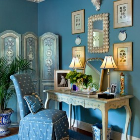 Гербарии на синей стене спальни
