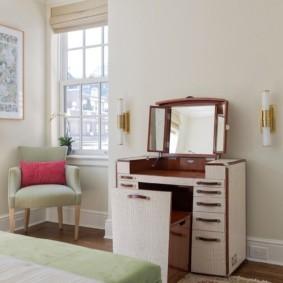 Набор мебели с туалетным столиком и выдвижным стулом
