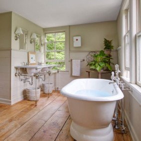 Массивная ванна на деревянном полу