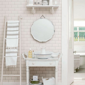 Приставная лестница как вешалка для полотенца