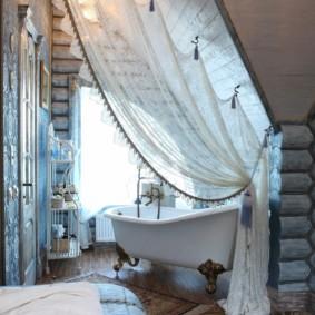 Легкая шторка в ванной срубового дома