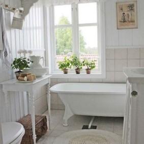 Вязаный коврик на полу ванной