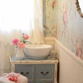Декор цветами интерьера ванной комнаты