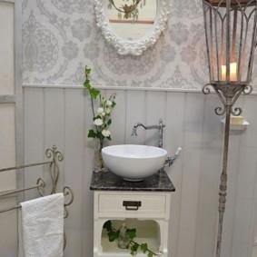 Садовый ретро-фонарь в ванной шебби шик