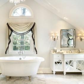 Штора с ламбрекеном на окне ванной