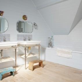 Интерьер ванной с двумя умывальниками