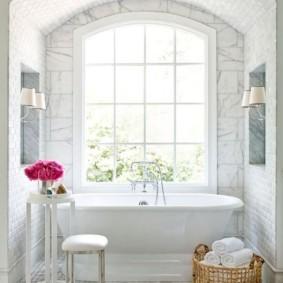 Белые полотенца в плетенной корзине