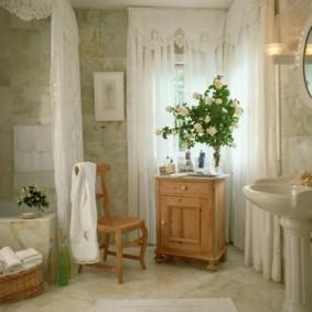 Букет белых роз в ванной комнате