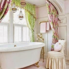 Яркий текстиль в интерьере ванной