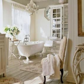 Отбеленные доски на полу ванной