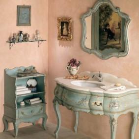 Розовые стены в женской ванной комнате